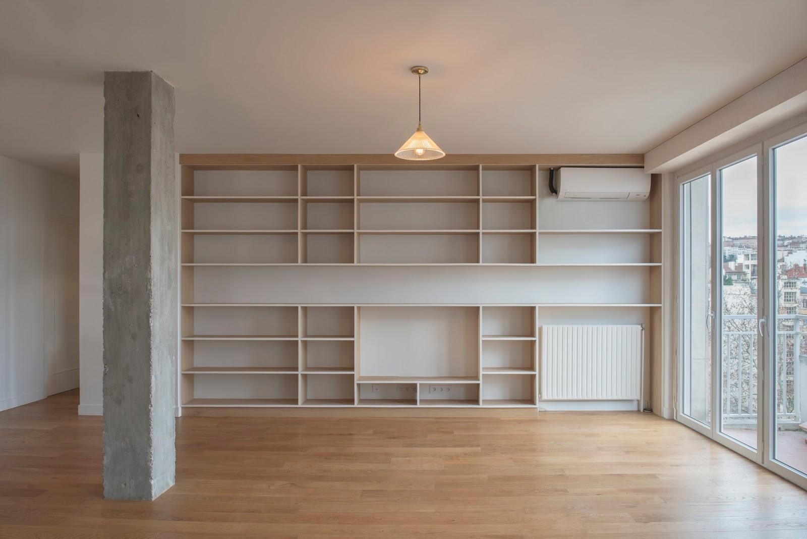 Bibliothèque bois massif dans séjour