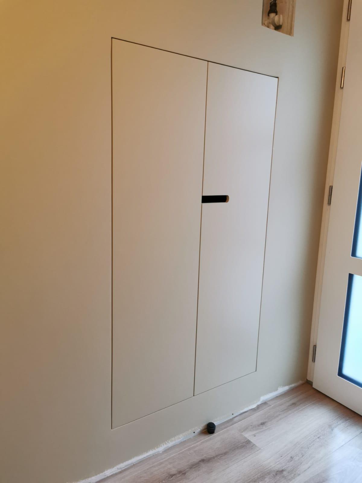 Réalisation d\'un placard sur mesure au fil du mur